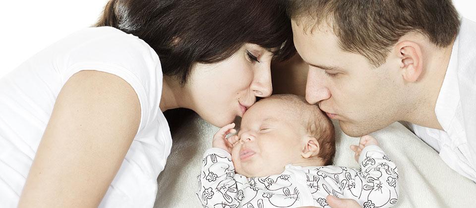 parents-et-bébé-heureux