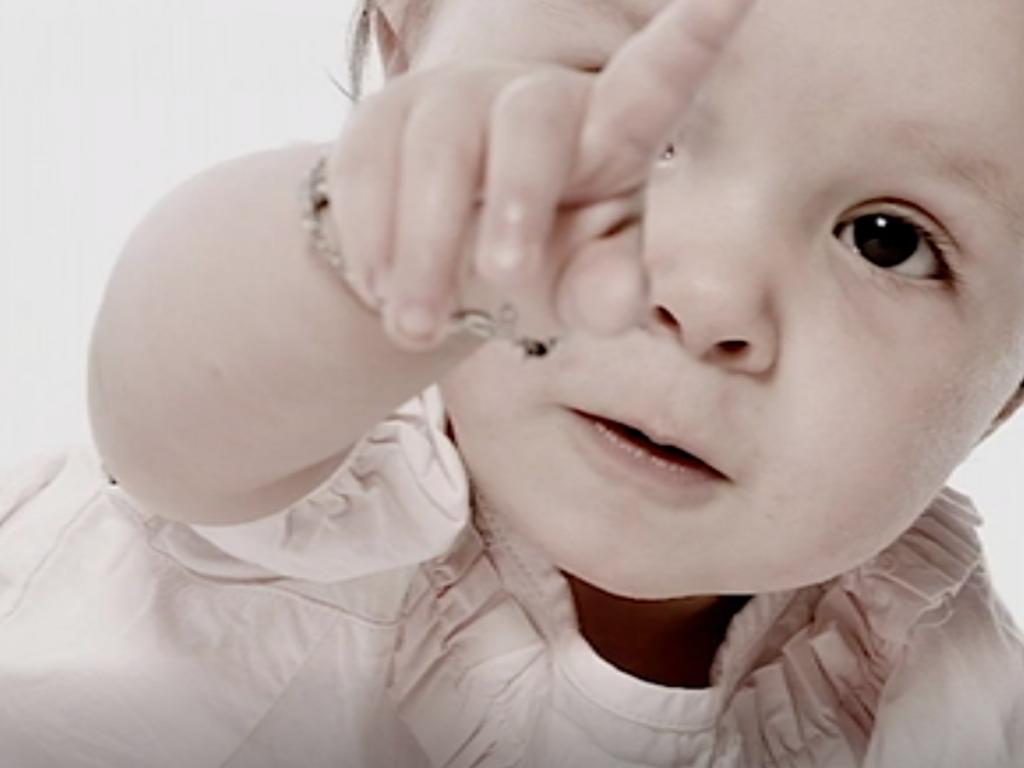 bébé-qui-pointe-du-doigt